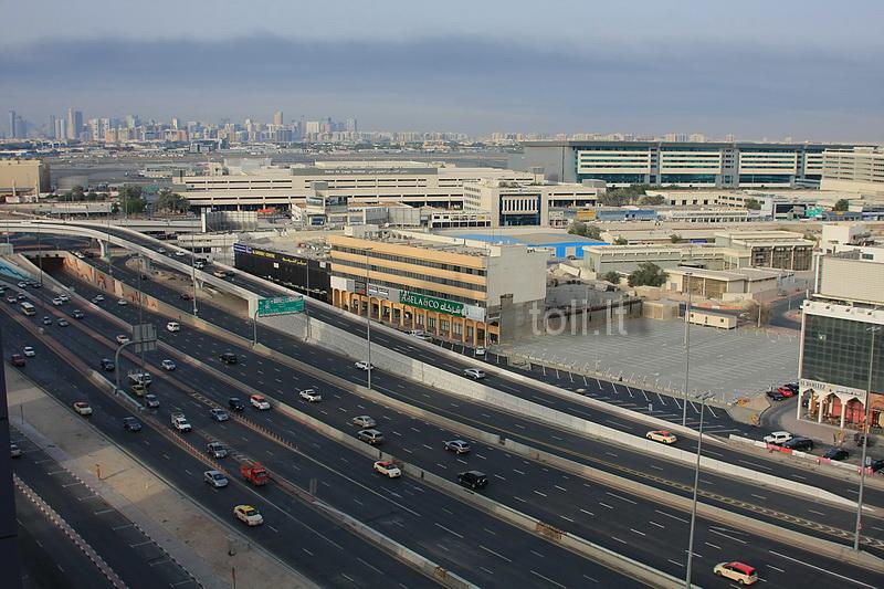 Dubajus. Tolumoje - oro uosto pakilimo takas