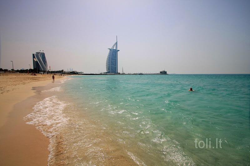 "Um Sukim paplūdimyje. Tolumoje - ""Burj al Arab"""