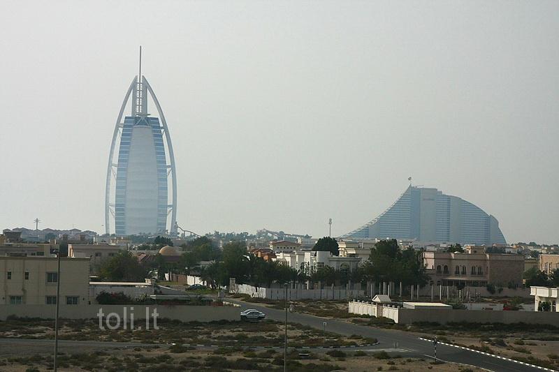 """Dubajus. Tolumoje - viešbučiai """"Burj al Arab"""" ir bangą imituojantis """"Jumeirah Beach"""""""