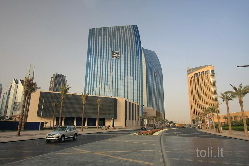 """""""Burdž Chalyfa"""" kompleksą išvysčiusios bendrovės """"Emaar"""" pastatas. Dešinėje - """"The Address"""""""