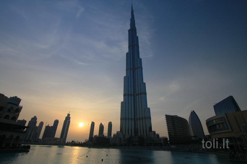 Leidžiantis dulkėtai dykumos saulei, prasideda Dubajaus fontano spektaklis