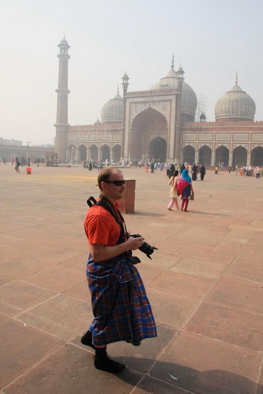 Vaidas neprieštaravo papozuoti su oficialia mečetės lankytojo apranga