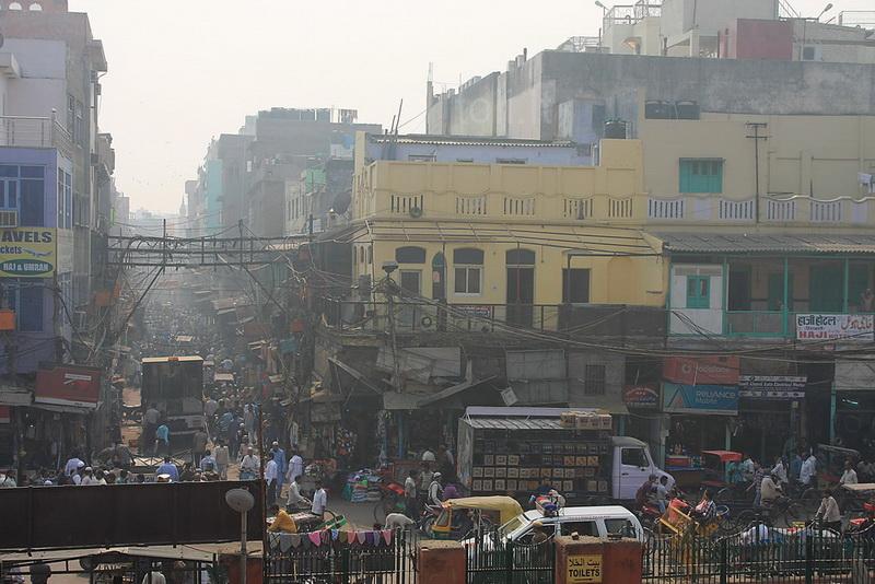 Mečetę supančiose gatvėse įsikūrę daugiausia musulmonai. Bejei, tai matosi ir iš aprangos