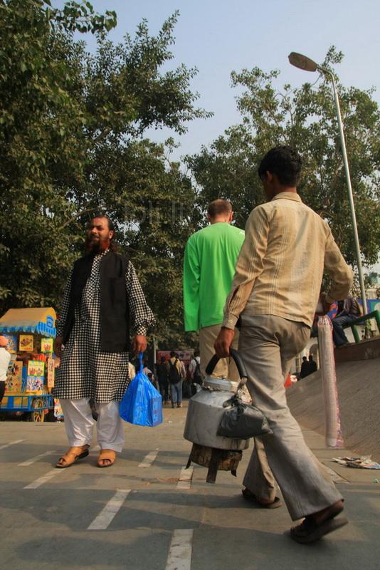 Vietinių pamėgtoje aikštėje vaikinas pardavinėja arbatą.