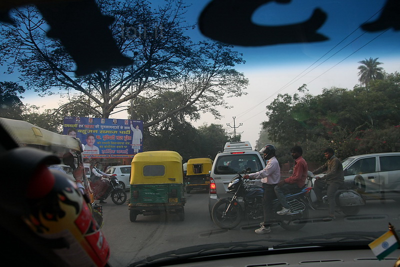 Transporto srautų prasilenkimas Indijos sankryžose kelia siaubą, bet kontakto matyti neteko. Taip, čia viena iš sankryžų