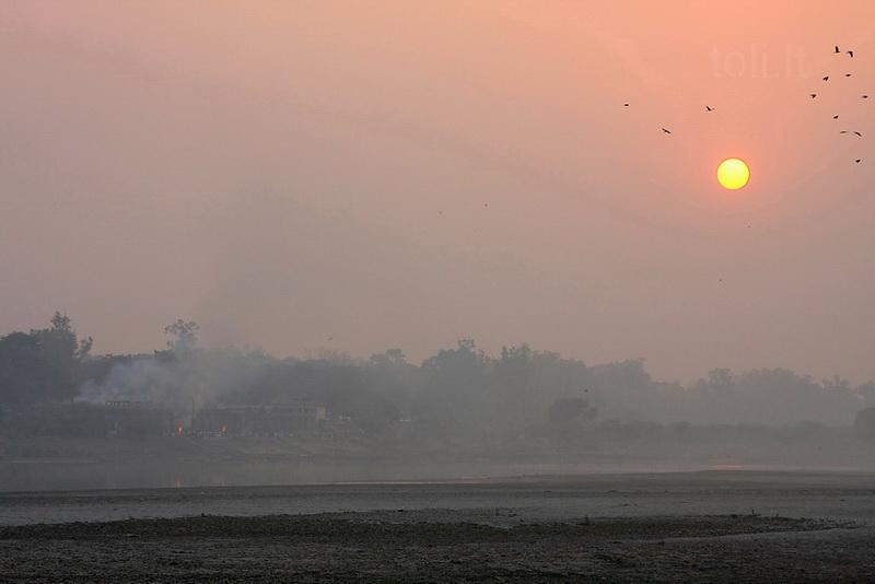Kitame upės krante kylantys dūmai – iš hinduistų laidotuvių laužų. Tie, kuriems per brangi ar per tolima kelionė iki šventojo Varanasio ir Gangos, degina savo mirusiuosius čia pat – svarbu, kad prie upės, kurion būtų galima išberti pelenus.